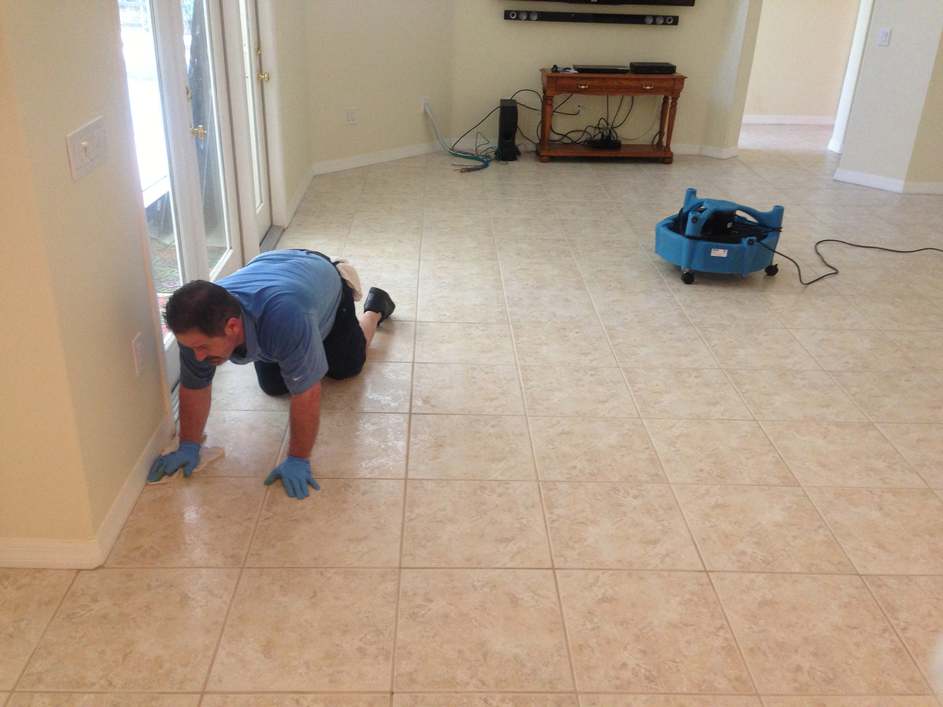 Cleaning dirty grout lines